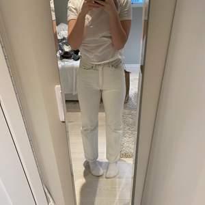 Ett par fina jeans från weekday rowe köpta i sommras, original pris 500kr. Inga fläckar och använda Max 10 gånger. Jätte fint skick. Lite korta för mig jag är ca 165cm. Storlek w 26 l 30