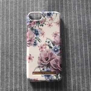 Blommigt Ideal of Sweden skal för iPhone 6/6s/7/8. Skalet har jag använt sparsamt så det är i mycket bra skick! Checka gärna in mina andra försäljningar, kommer lägga upp hela helgen! Frågor/bilder? Skicka så fixar jag😊