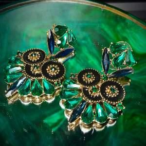 Gröna festliga örhängen. Frakten ligger på 15kr 💚