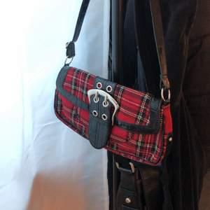 Söt väska med glitter på ena sidan och siden på andra, väldigt fin och nätt men ändå med plats för mycket! Röd rutig väska med snyggt bälte som detalj. Båda i perfekt skick. 120st eller 200 för båda 💜