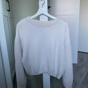 Superduper fin stickad & croppad tröja från NAKD. Den sitter väldigt snyggt & framhäver kurvor vid midjan. Dessutom så är nedre delen av armen lite större, superfin detalj 🤩 Den är vit/begie & är i strl L.