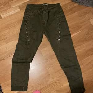 Gröna byxor som är förstora för mig, använt ett fåtal gånger men har gått ner i vikt så passar ej tyvärr längre! Passar en M