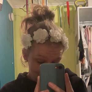 2 gulliga hårband med vita blommor. Dom är i olika storlekar. Kommer inte ihåg vart dom är köpta. Dom är aldrig använd så är i fint skick🤍🌺