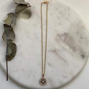 Supersnyggt guldigt halsband i en tunnare kedja i rostfritt & nickelfritt stål med en smiley i 925 silver 😋 Nytt & oanvänt! Endast 99kr/styck. Fri frakt! 💌