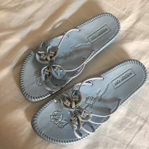 """SUPERFINA blå sandaler med """"diamanter"""" Passar 36-39! Använda fåtal gånger pga har så många sandaler! Köpta i Antwerpen!"""