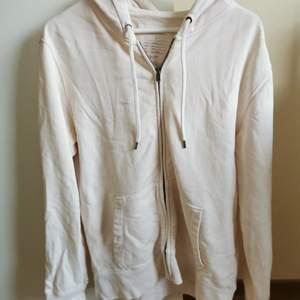 En beige / vit /ljusrosa zip up från gap. Storlek L, snyggt oversize på mindre. Den har lite hål vid muddarna och fickan, säljs därför för lågt pris.