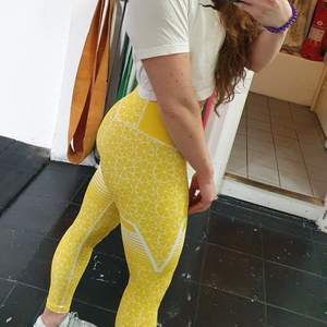 Super comfy and brignt leggings for training or lounging around! Only wore them once because I don't like yellow color, but I got them as a gift 🙈 but I do think they might suit someone who loves bright colors 💛