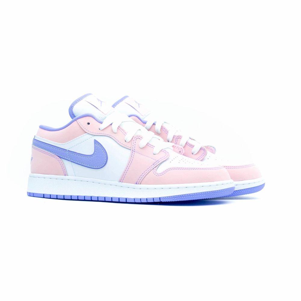 Säljer ett par helt nya Air Jordan 1 arctic punch! Skorna är i storlek 40 och självklart finns kvitto! Bara skicka ett meddelande vid frågor😊. Skor.