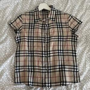 En ursnygg burberry skjorta, är ej äkta och aldrig använd. Det står ej en storlek men sitter som en xs/s