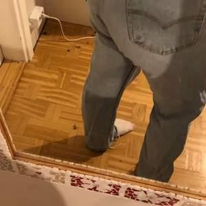 Underbara Levi's jeans i storlek 31/36 men skulle säga att de passar 36/38/40 beroende på hur man vill att de ska sitta. Modell 501, men uppklippta längst nedtill😍 helt fantastiska, men säljer då jag har många liknande! Buda i kommentarsfältet!