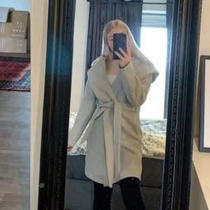Jätte fin kappa ifrån Zara, säljer pga den aldrig kommit till användning tyvär. Storlek 34/36. 150kr +frakt