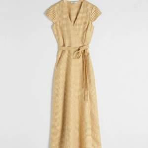 Gul gingham klänning från & Other Stories. Använd fåtal gånger.