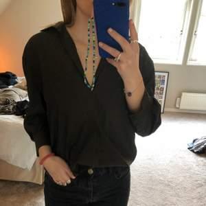 Säljer denna oversized skjortan från zara i storlek s, den är i färgen mörkgrön och sitter ganska oversized💕 endast använt ett fåtal gånger och är i bra skick⚡️ köparen står för frakt!!