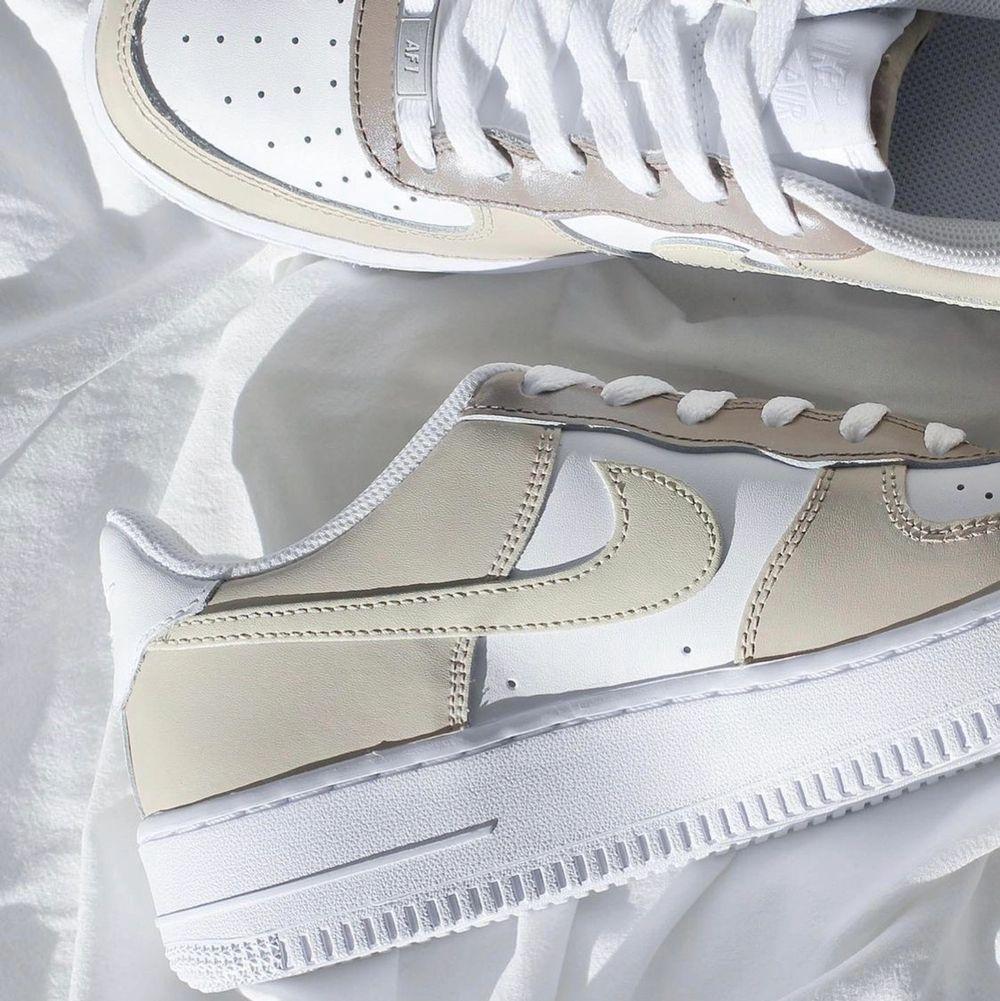 Säljer handmålade customized Nike's, på bilderna ser ni några av mina designs. Skicka ett DM på Instagram @LSAcustoms om du är intresserad, där finns även fler bilder och info! 🤍. Skor.