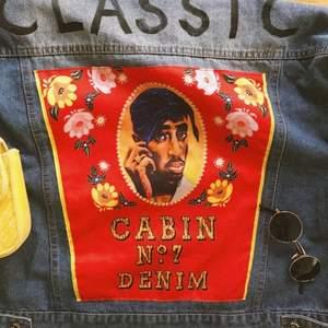 Super snygg 2pac jeans jacka.💓 Om man vill ha bättre bilder på jackan är det bara att skicka ett privat meddelande. Använd Max 2 gånger. Köparen står för frakt 📦