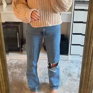 Raka blåa jeans från weekday med ett hål i ena benet. Köpta för ca 500. Jag är 1.69 för referens.