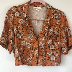 Jättesommrig blus-skjorta, köpt på urban outfitter för 350kr. Knappt använd