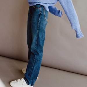 """INTRESSEKOLL! """"Jeans mid rise straight full length"""" slutsålda från zara, säljer endast vid bra pris, om fler är intresserade buda💕 köp direkt för 500, buda från 300"""
