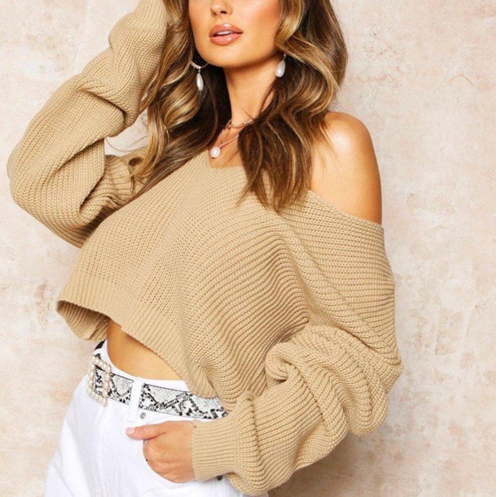 Säljer den här superfina stickade tröjan som är perfekt till allting. Den kommer tyvärr inte till användning men är i bra skick. Från Boohoo men säljs inte längre. Storleken är one size fits all. Hör av dig vid frågor! . Tröjor & Koftor.
