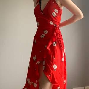 Jätte söt sommar klänning! Med lappen kvar! Helt oavänd men säljer så jag köpte fel storlek! Har knapp innanför och knytning utanpå💗