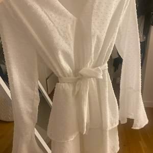 INTRESSEKOLL!  jättefin och nästan oad klänning från madlady som funkar perfekt till skolavslutning och student. Funderar på att sälja den då den nästan är för liten