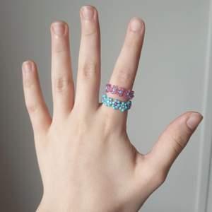 Supergulliga och trendiga blå/rosa ringar gjort av mig. Det går även att välja färgerna själv ♡