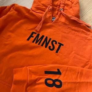 """En orange tjocktröja som Lisa Anckarman har designat för Madlady. I väldigt bra skick, endast använd ett fåtal gånger. Bara legat i garderoben den senaste tiden. Har även tryck på ryggen """"EMPOWER"""""""