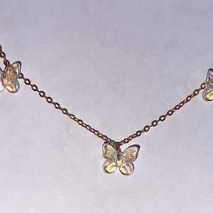 'Golden butterflies' Halsband - 59kr  Fraktkostnad 19kr  Finns möjlighet att mötas upp i centrala Stockholm efter överenskommelse. - därav ingen fraktavgift.