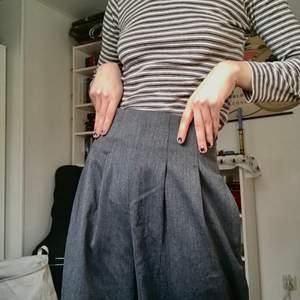 Supersnygga kostymbyxor av märket Carin Wester! Knappt använda (förutom i en musikvideo-inspelning) och i mycket fint skick. 💕✨ Jag kan mötas upp i Stockholm!! (Frakt ingår inte i pris)