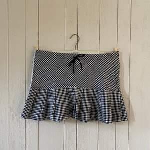 Rutig svart kjol från Ichi i mycket bra skick. Passar som storlek M. Originalpris: ca 400:-. Går att justera och knyta i midjan
