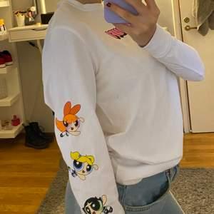 En tröja med powergirls tryck. Använd 1 gång. Köparen står för frakten🥰
