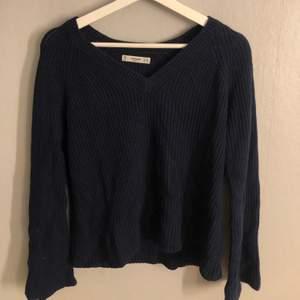 Marinblå stickad tröja med v-ringning!! Köparen står för frakten❗️