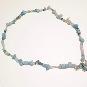 Handgjort halsband med blå/vita stenar,pärlor & en fjärilsberlock.  Pris:45kr frakt: 12kr  beställning sker i vår egna webbshop!( länk i profilen)