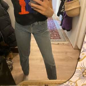 Svin snygga jeans från Davy's jeanswear som är mammas gamla från 90/00 talet. De är lite korta på mig som är 174 där av säljer jag dom. Dom är i storlek L men passar mig utmärkt som vanligtvis har M i byxor