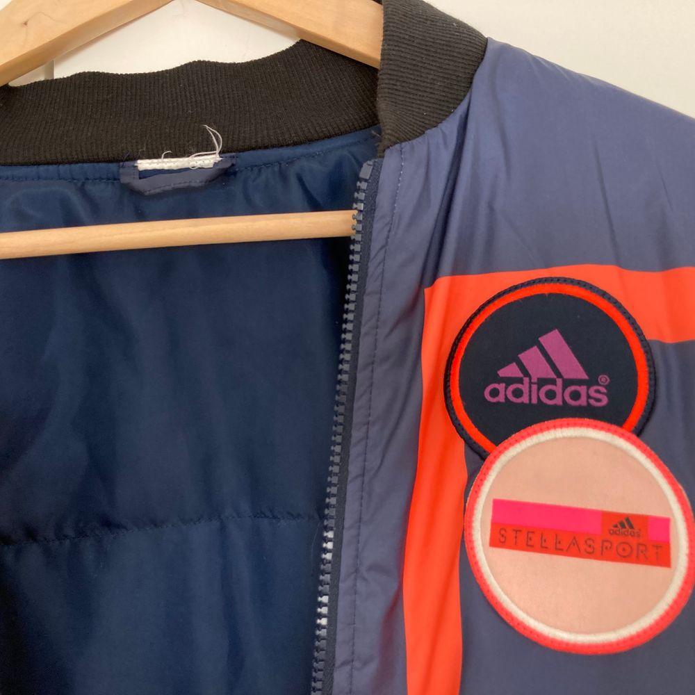 Adidas by Stella McCartney padded bomberjacka som jag köpte för några år sedan och nu tyvärr ska sälja då den blivit för liten😭 topp skick trots väl använd passar allt från XS-L beroende på hur man vill att den ska sitta (fråga om fler bilder) köpt för 1000kr men säljer för 250kr + frakt. Jackor.