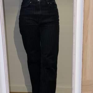 Snygga voyage jeans från Weekday. Jeansen är ganska långa och faller snyggt på skorna. Det syns tyvärr inte på bilderna men skicka fler privat. De har även tunna, vita ränder som gör att de blir lite fräcka.