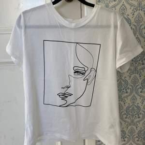 Vit t-shirt med coolt tryck från märket Visual clothing project (köpt på M&Q). Strl M och skulle säga att den är true to size. Väldigt sparsamt använd.