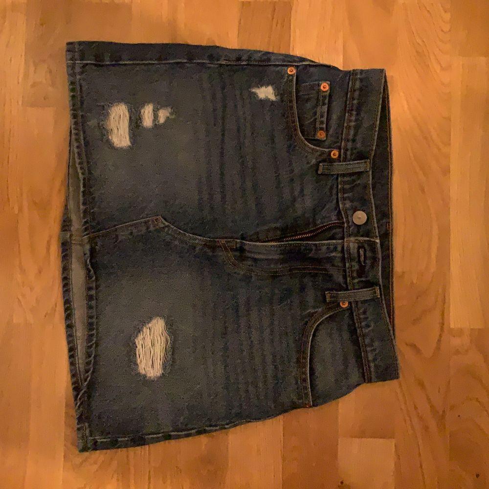 levis kjol som är för liten :( köpt i new york. Kjolar.