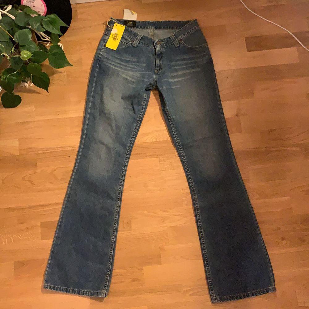 lågmidjade bootcut jeans från lee med lappen kvar! org. pris 799kr. skulle säga att de sitter som en w29. Jeans & Byxor.