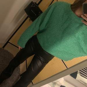 En jättefin grön stickad tröja från HM. Använder tyvärr inte denna längre pågrund av att den är inte riktigt min stil längre☺️ inköpspris: 299kr