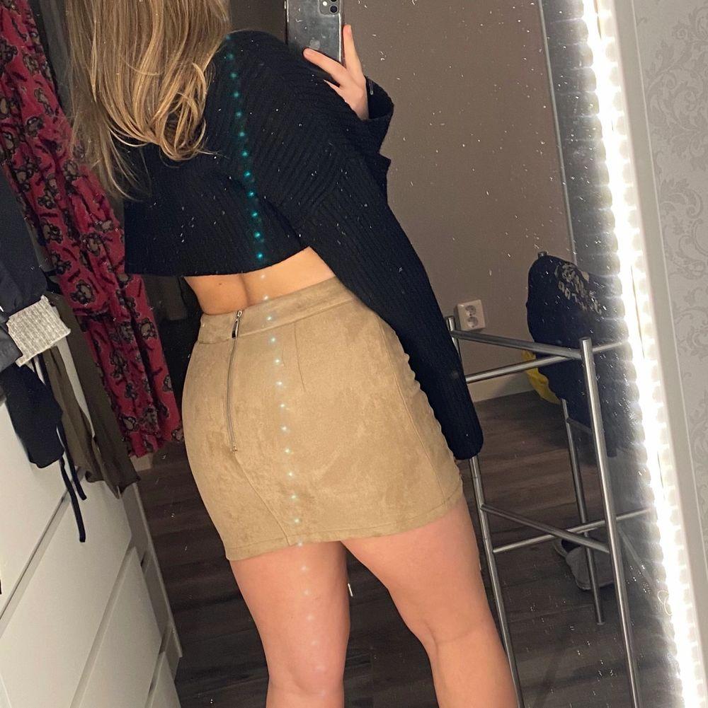 Jätte fin kjol med underbar passform. Detaljerna där fram gör den väldigt unik! Aldrig använd. Den är i storlek M, men skulle vilja säga den är lite liten i storleken. Så passar dig som pendlar mellan storlek S/M. Kjolar.