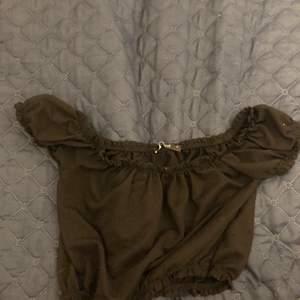 Jag säljer en svart offshoulder tröja från Gina på grund av att jag inte använder den. Tröjan är i fint skick. Str xs.