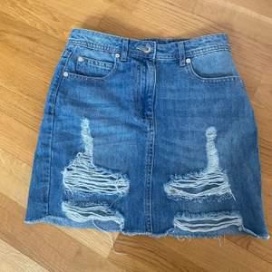 Snygg jeans kjol från madlady, har blivit förliten och de är ju därför jag säljer. Fint skick, rätt kort modell