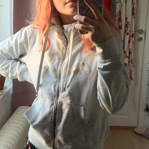 Grå hoodie, knappt använd! Köparen står för frakten⭐️