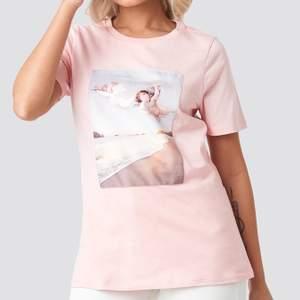 T-shirt ifrån NAKD med 2 stycken änglar på, den är verkligen så fin!!! 🥺 har inte hittat användning för den tyvärr, passar mig som vanligtvis har XS/S i tröjor, t-shirts osv