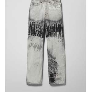 Populära weekday ROWE jeans, slutsålda. Använda fåtal gånger. Nypris ca 600kr. Frakt kostar 66kr