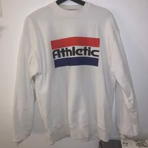 Skitsnygg oversized sweatshirt från carlings, storlek S i herrstorlek så är väldigt oversized. Knappt använd, frakt 66 kr💕