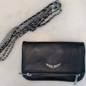 Rock Nano Bag svart läder väska. Aldrig använd utan har bara hängt inomhus i ca 2 år så den är i nyskick⭐️ Finns kjedja till som så klart ingår i priset!