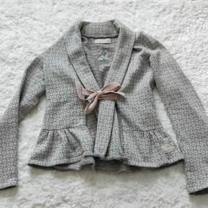 Säljer nu min fina kofta från Odd Molly! Så fint grå-rosa mönster. Så bra kvalitet även om den använts en del. Jag kan stå för frakten.