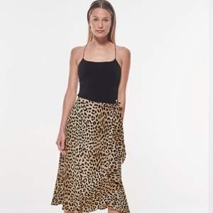 Säljer min Gina Tricot kjol som är i nyskick. Köparen står för frakten.